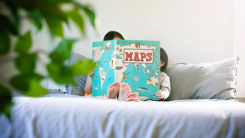子供だけで本を読む