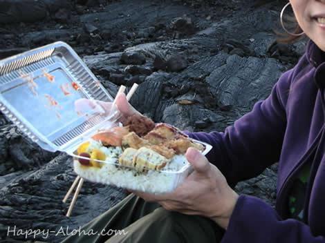 溶岩の上で弁当