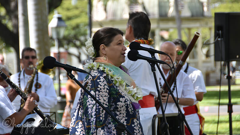 ハワイ・ポノイを歌う女性
