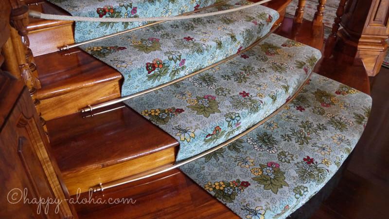 階段に敷かれた花もようの絨毯