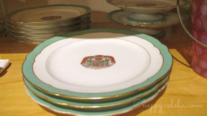 王家の紋章入りの皿