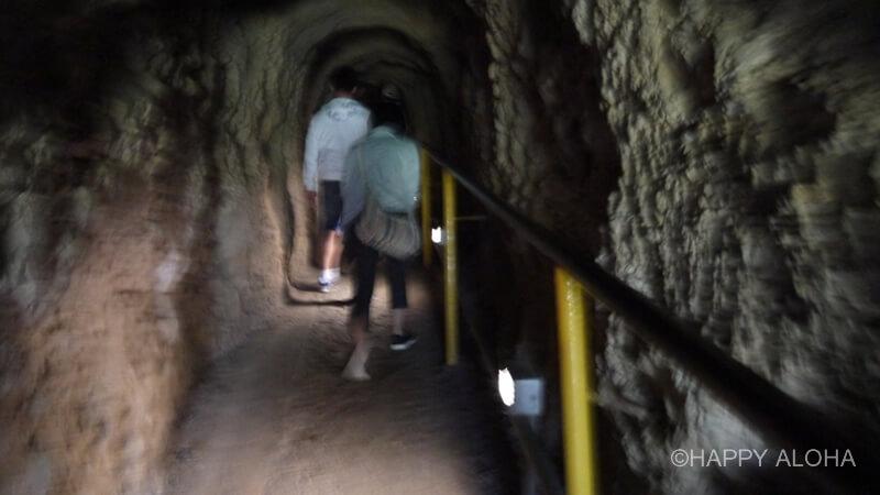 ダイアモンドヘッド頂上へのトンネル