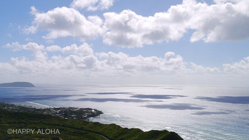 雲の陰が海に映る