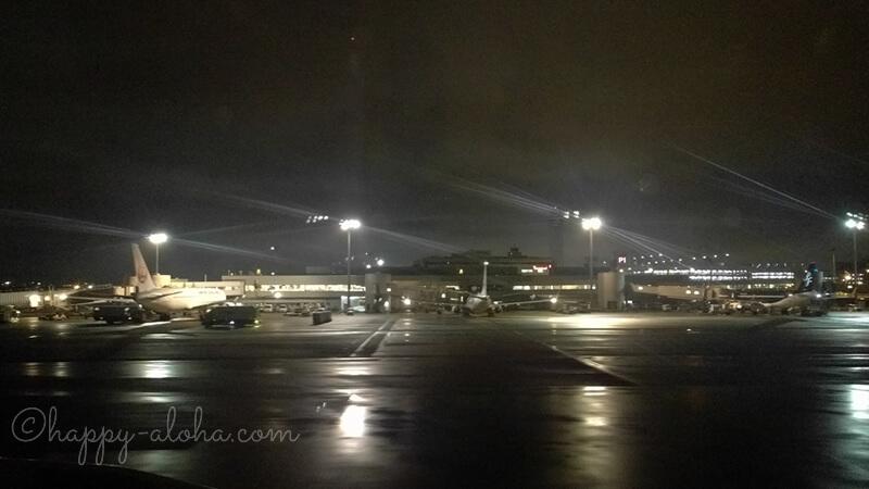 深夜の羽田空港滑走路