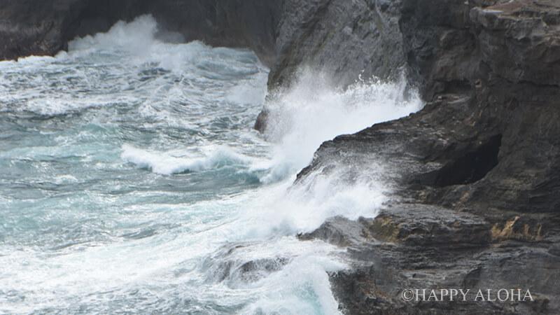 キラウエア灯台のふもとの波