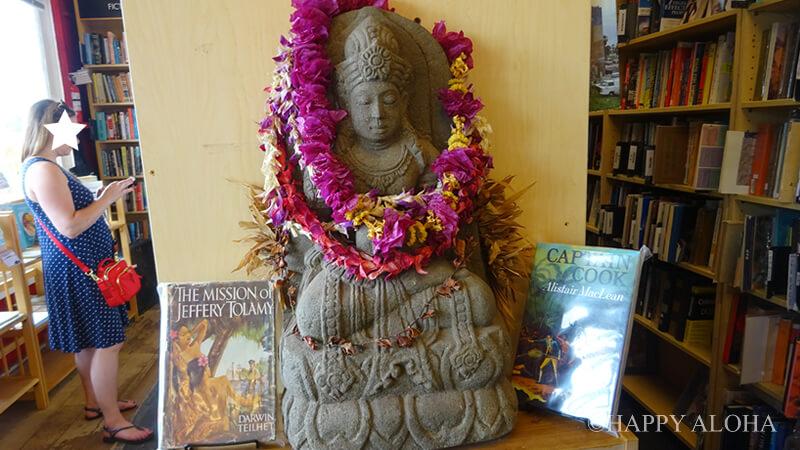 本屋さんの中の仏像