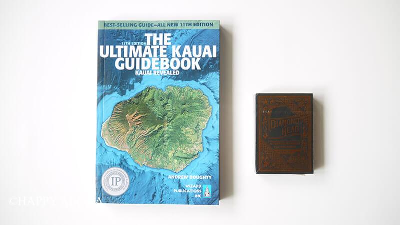 カウアイ島のガイドブックとトランプ