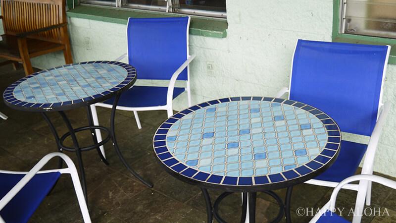 青いタイルのテーブル