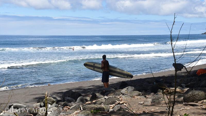 ワイピオ湾ビーチのサーファー